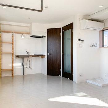 キッチンの右側に、トイレや玄関に続く扉があります。