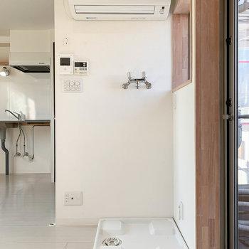 ちょっと珍しい配置。洗濯機置き場の上にエアコン。ここにインターホンのモニターなどもあります。