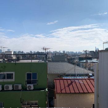お部屋の窓からの眺望。4階なので、比較的抜け感があります。