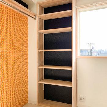 右にある棚は、本棚や小物置きに良さそうです。