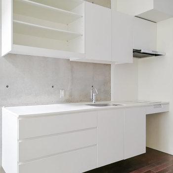 キッチンも純白。