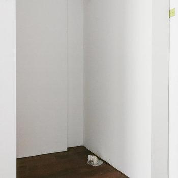 脱衣所手前に洗濯機置き場があります。