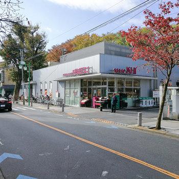 駅前にスーパーがあります。