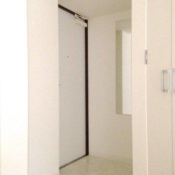 玄関には姿見が付いています。※写真は4階同間取り・別部屋のものです。