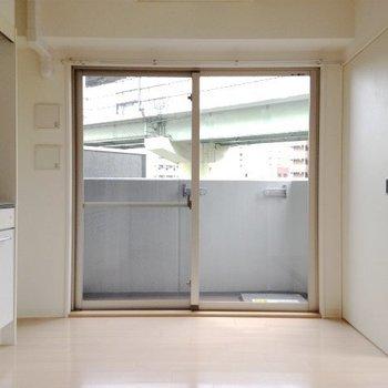 ダイニングキッチンは7.4帖の広さ。※写真は4階同間取り・別部屋のものです。