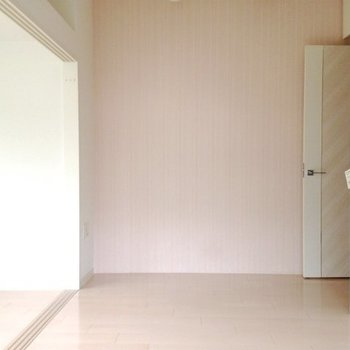 薄ピンクのクロスが施されています。※写真は4階同間取り・別部屋のものです。