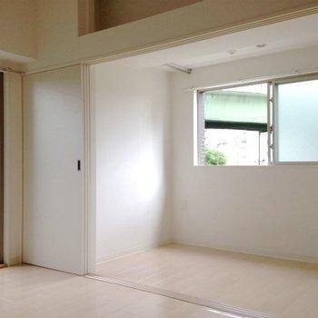 採光は2面。※写真は4階同間取り・別部屋のものです。