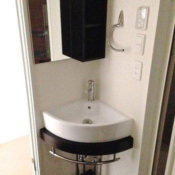 すみっこにちょこんと洗面台。※写真は4階同間取り・別部屋のものです。