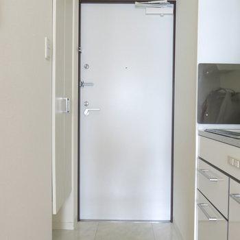 玄関にはスマートな靴箱も!※写真は4階同間取り・別部屋のものです。