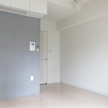 白い床に光が反射してお部屋も明るい〜◎※写真は4階同間取り・別部屋のものです。