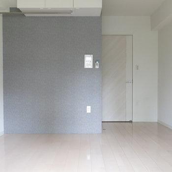落ち着きのあるグレーのアクセントクロス!※写真は4階同間取り・別部屋のものです。