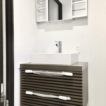 洗面台はホテルチックなデザイン。