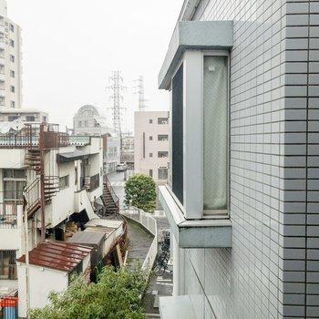 避難はしご側からの眺め。こちらは建物の壁。