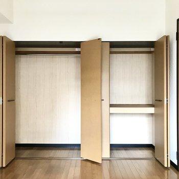2人分でも入るくらい大きなクローゼット◎(※写真は1階の反転間取り別部屋、モデルルームのものです)