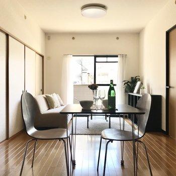 リビングは定番のダイニングテーブルとソファーを置いて。(※写真は1階の反転間取り別部屋、モデルルームのものです)