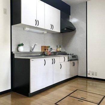 隣に冷蔵庫と、向かい側にラックを置こうかな?(※写真は1階の反転間取り別部屋、モデルルームのものです)