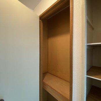 収納スペースです。2段に分かれているので、使用頻度別に収納できそうですよ。