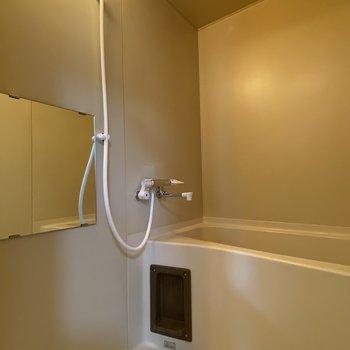 お風呂は鏡がついたシンプルなタイプ。