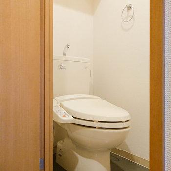 温水洗浄便座つきのトイレですよ。