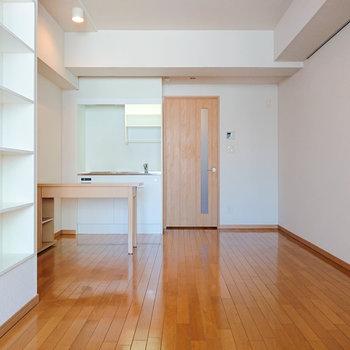 扉の右奥側に、冷蔵庫を置ける空間があります。