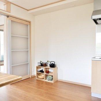 キッチン横には冷蔵庫や家電食器棚がおけるスペースがあります。