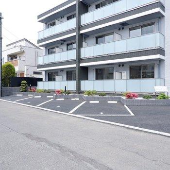 駐車場です。目の前の通りも広く駐車しやすそうです。