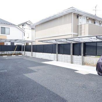 建物裏手にも駐車場と駐輪場が。
