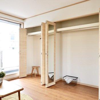 壁面収納は2人暮らしでも安心な容量です。