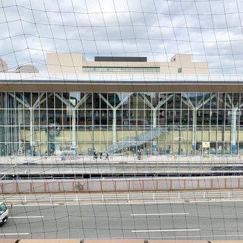 正面に建設中の大学のアリーナ。