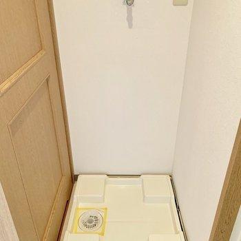 脱衣所入って左に洗濯機を置けます。
