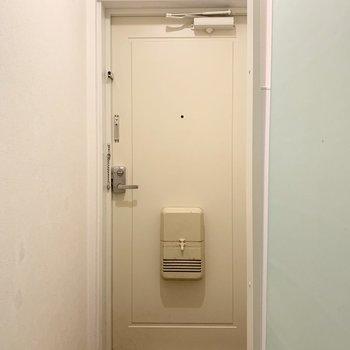 玄関は少しレトロ感が残って、それもまたかわいい。