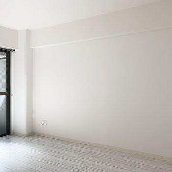 西側にはたっぷり壁面。家具の配置にありがたい壁量ですね。