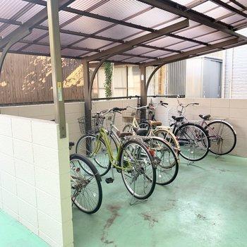 自転車置場は建物下、駐車場の奥に。