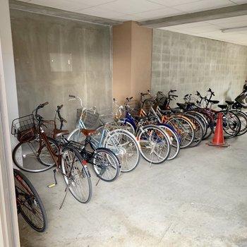 駐輪場はしっかり室内。雨風しのげます。