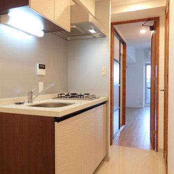 キッチンは廊下に。つるつるで気持ちいい!(※写真は3階の同間取り別部屋のものです)