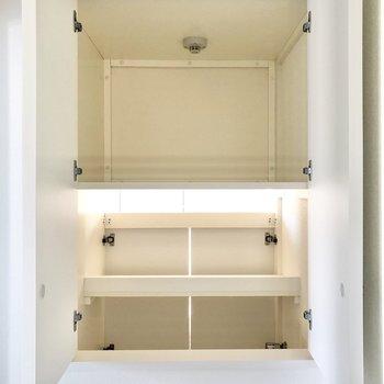 そして、洗濯機置場へ繋がる扉は洗面台正面に。ここからも洗濯物を入れられそう。