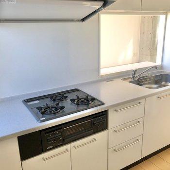 【LDK】調理スペースも広々として、お料理が捗りそうです。