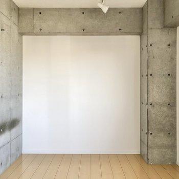 【洋室】コンクリートの壁がクールですね。
