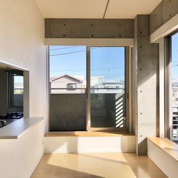 【LDK】こちら側にも窓が!3面採光ですよ。