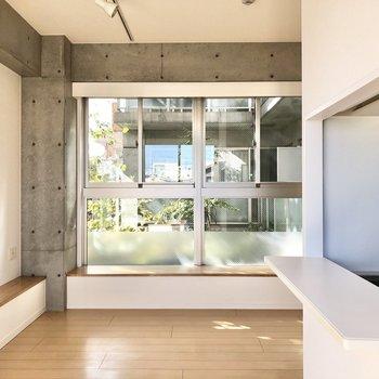 【LDK】右にはキッチンのカウンターがあります。