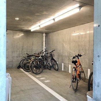 駐輪場はエントランス内に。