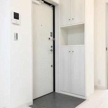 玄関もシンプルに。※写真は1階反転間取り・別部屋のものです。