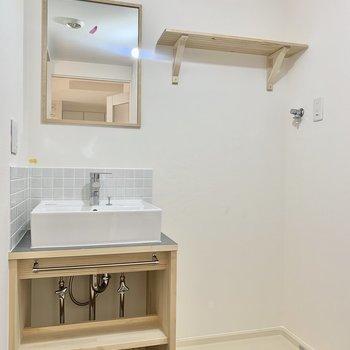 洗濯機は洗面台のお隣に。さりげない木の使い方が素敵です。※写真はクリーニング前のものです
