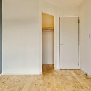 【洋室】6帖ほどの空間。ベッドは左手に寄せるのが良さそうです。