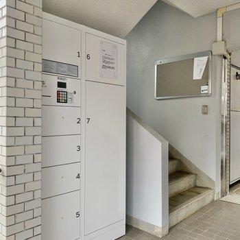 階段横に宅配ボックスもありますよ。
