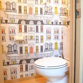 トイレのクロスは他とちがってあざやか!また、ウォシュレットも設置可能です。