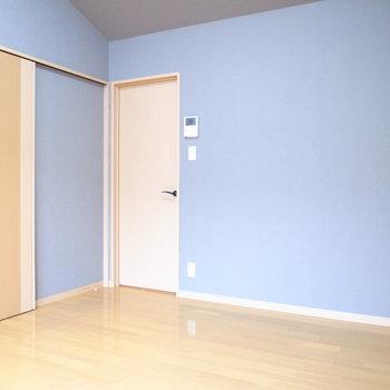 【洋室】2階の洋室のとなりに洗面脱衣所があります。なおトイレは1階です。