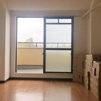 【東向き洋室】※写真右側の箱は入居時に撤去されます。