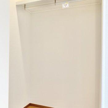【洋室】ハンガーパイプ付きですよ。コート類も掛けられます。