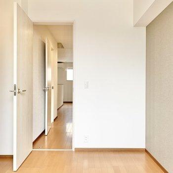 【洋室】形はシンプルな長方形です。